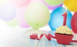 Süßer kleiner Kuchen und Geburtstagskerze Lizenzfreie Stockfotos