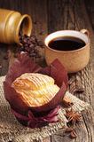 Süßer kleiner Kuchen und Kaffee Stockfotos
