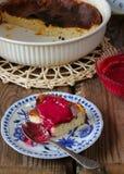 Süßer Klumpenpudding mit Beerenmarmelade auf einer Platte Stockfotografie