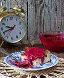 Süßer Klumpenpudding mit Beerenmarmelade auf einer Platte Stockfoto