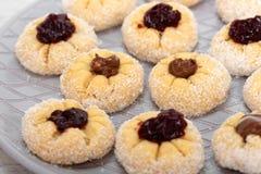 Süßer Kokosnusskuchen gefüllt mit Stau- und Schokoladencreme lizenzfreie stockbilder