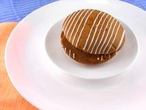 Süßer Kuchen auf weißer Platte Stockbilder