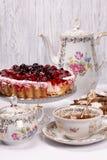 Süßer Kuchen mit Kirschgelee, geschmackvoll und frisch Antikes Tee-Set lizenzfreies stockfoto