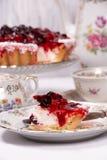 Süßer Kuchen mit Kirschgelee, geschmackvoll und frisch Antikes Tee-Set stockfotografie