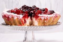 Süßer Kuchen mit Kirschgelee, geschmackvoll und frisch auf einem weißen schäbigen hölzernen Hintergrund lizenzfreie stockfotografie