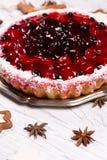 Süßer Kuchen mit Kirschgelee, geschmackvoll und frisch auf einem weißen schäbigen Holztisch lizenzfreies stockfoto