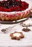 Süßer Kuchen mit Kirschgelee, geschmackvoll und frisch auf einem weißen schäbigen Holztisch stockbild