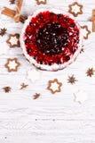 Süßer Kuchen mit Kirschgelee, geschmackvoll und frisch auf einem weißen schäbigen Holztisch lizenzfreies stockbild
