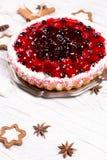 Süßer Kuchen mit Kirschgelee, geschmackvoll und frisch auf einem weißen schäbigen Holztisch lizenzfreie stockfotos