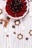 Süßer Kuchen mit Kirschgelee, geschmackvoll und frisch auf einem weißen schäbigen Holztisch stockfotos
