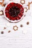 Süßer Kuchen mit Kirschgelee, geschmackvoll und frisch auf einem weißen schäbigen Holztisch stockbilder