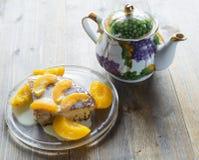 Süßer Kuchen mit Kondensmilch und Pfirsichen Lizenzfreies Stockfoto