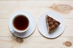 Süßer Kuchen mit Tasse Tee stockbild