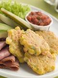 Süßer Mais Stückchen mit Salsa-Essiggurke-Avocado lizenzfreies stockbild