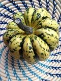 Süßer Mehlkloßkürbis im Korb Stockfoto