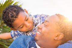 Süßer Mischrasse-Junge und Afroamerikaner-Vater Playing Stockfotos