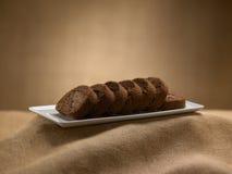 Süßer Nahrungsmittelnachtisch, Kuchen beim Einstellen minimal Stockfoto
