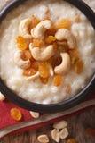 Süßer Reispudding mit Nüssen und Rosinen in einer Schüsselnahaufnahme ver Lizenzfreie Stockfotos