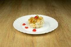 Süßer Reisteller auf Platte auf Holztisch lizenzfreies stockfoto