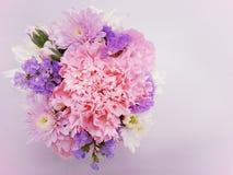Süßer rosa Blumenstrauß auf weichem rosa Hintergrund Stockfotos