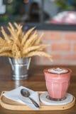 Süßer rosa heißer Lattekaffee Stockfoto