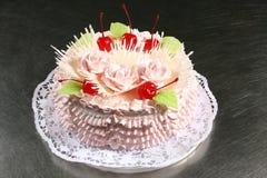 Süßer rosa Kuchen mit Kirschen Lizenzfreies Stockbild