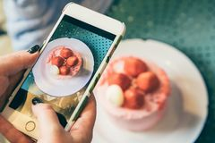 Süßer rosa Nachtisch Bewegliches Foto des Erdbeerkuchens für Lebensmittel Blogger Stockbild