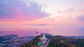süßer Sonnenuntergang der Vogelperspektive in Phuket großer Buddha ? Lizenzfreie Stockbilder