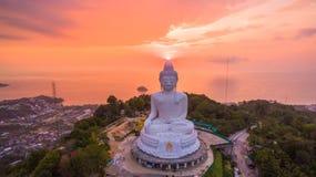 süßer Sonnenuntergang der Vogelperspektive in Phuket großer Buddha ? Stockfotos