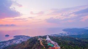 süßer Sonnenuntergang der Vogelperspektive in Phuket großer Buddha ? Lizenzfreies Stockfoto