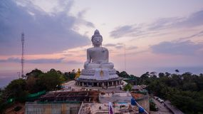 süßer Sonnenuntergang der Vogelperspektive in Phuket großer Buddha ? Stockfoto