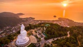 süßer Sonnenuntergang der Vogelperspektive in Phuket großer Buddha ? Lizenzfreie Stockfotografie