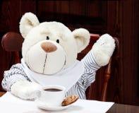 Süßer Teddy Bear With Cup des Kaffees, der heißen Schokolade oder des Tees und der Co Lizenzfreie Stockfotografie