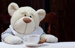 Süßer Teddy Bear With Cup des Kaffees, der heißen Schokolade oder des Tees und der Co Lizenzfreie Stockbilder
