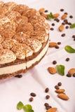 Süßer tiramisu Kuchen mit Mandeln Stockbild
