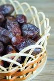 Süßes algerisches Arabisch datiert Früchte auf hölzernem Korb stockfotos