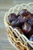 Süßes algerisches Arabisch datiert Früchte auf hölzernem Korb lizenzfreie stockfotografie
