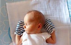 Süßes auf dem Bett zu Hause Säuglingsschlafen lizenzfreies stockbild