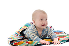 Süßes Baby auf dem bunten Deckenschreien lokalisiert auf Weißrückseite stockbilder
