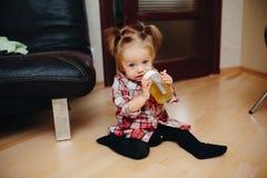 Süßes Baby, das auf dem Boden sitzt Lizenzfreies Stockfoto