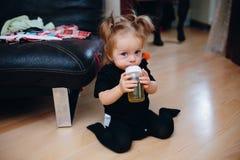 Süßes Baby, das auf dem Boden sitzt Stockbilder