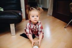 Süßes Baby, das auf dem Boden sitzt Lizenzfreie Stockfotografie