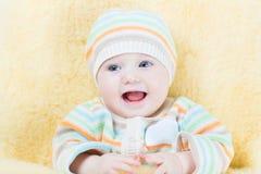 Süßes Baby in einem warmen Schaffellfuß - Muffe Stockfoto