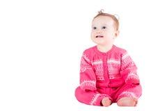 Süßes Baby in einer rosa Strickjacke mit Herzmuster Stockbilder