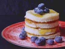 Süßes Backen mit Stau und frischen Blaubeeren lizenzfreie stockbilder
