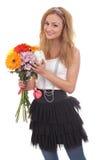 Süßes blondes Baumuster mit einem Blumenblumenstrauß Stockfotografie