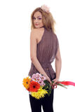 Süßes blondes Baumuster mit einem Blumenblumenstrauß Lizenzfreies Stockfoto
