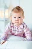 Süßes blondes kleines Mädchen mit großen grauen Augen und prallen Backen Lizenzfreie Stockbilder