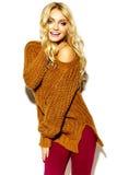 süßes blondes Modell in der zufälligen Kleidung Stockfotos