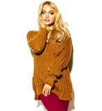 süßes blondes Modell in der zufälligen Kleidung Stockfotografie